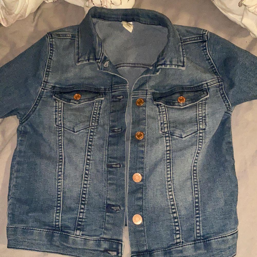 En fin blå jeansjacka som inte kommer till användning och bara haft den i en halv sommar!. Jackor.