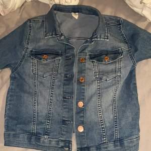 En fin blå jeansjacka som inte kommer till användning och bara haft den i en halv sommar!