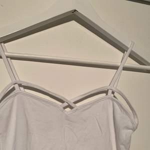 Sommrig vit topp från bershka i storlek S💖 Endast använd ett fåtal gånger så säljer då den inte används💖 Köparen står för frakt💖