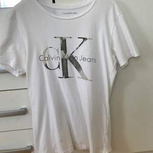 En t-shirt från ck i storlek S den har dock ett litet hål i sig tyvärr:(