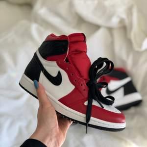 Helt nya air Jordan 1 satin snake i 36.5! 😍 Så himla snygga men var tyvärr fel storlek för mig. De är helt nya, endast testade. Röda, svarta och vita skosnören, originalkartongerna och digitalt kvitto följer med 💕 Världens snyggaste sneakers verkligen! Bud börjar på 2600, köparen står för frakt!