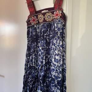 En fin långklänning från Oddmolly i marinblått med rosa band.  I gott skick, använd en gång. Storlek 1 i Odd molly, motsvarar S. Fler bilder kan skickas.  Tar emot swish