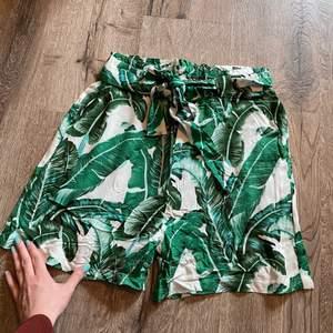 Mjuka, tunna shorts från Object. Aldrig använda. Lite lösa i benen. Höga i midjan med band. Fraktavgift tillkommer. Skriv ett privat meddelande om du har några frågor💕