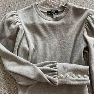 Knappast använd jätte fin tröja köpt i berskha i Grekland förra sommaren. Sitter jätte fint i midjan. Storlek s