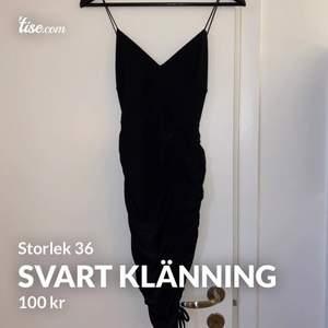 Superfin svart klänning med knytning vid benen 🖤 endast testad! Storlek 36
