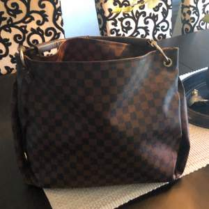 Louis Vuitton väskan står modell lite använda säljer för 500kr frakt tillkommer