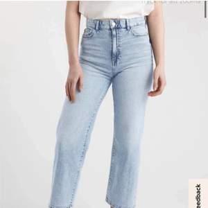 Ett par ljusblåa vida/straight leg jeans från Lindex. Super skönt och bekvämt material! Nypriset är 400kr, mitt pris är 100kr + frakten 66kr (spårbar). Köparen står för frakten!☺️