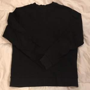 Svart sweatshirt från Weekday i storlek M