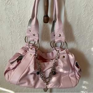 Snygg y2k väska, i ljusrosa färg:) pris är diskuterbart💞