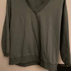 Super snygg militär grön of shoulder tröja (eller väldigt v ringat om man vill). Jätte skön å sitter luftigt. Säljer pga växt ut den