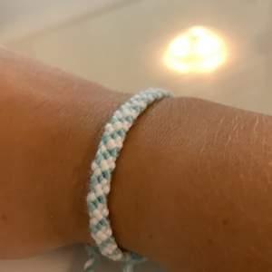 Handgjort armband, justerbart! 20kr + frakt. Just detta armbandet finns o flera olika färger!