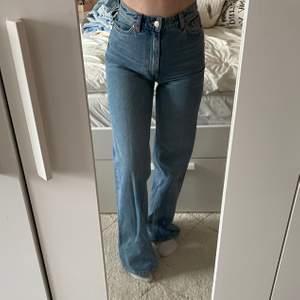 Jeans från monki aldrig använda storlek 24 är lite långa för mig passar dig som är runt 1,60 (står ej för frakten)🤍🤍 bud på 250!!