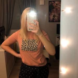 Skitsnygg Tshirt i storlek S. Aldrig använd. Leopard tryck med text se bild 2. Använd en gång så bra skick! 💓 står ej för frakt
