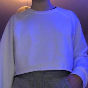 Vit tröja från monki! Storlek xxs men sitter mer som en xs🤍