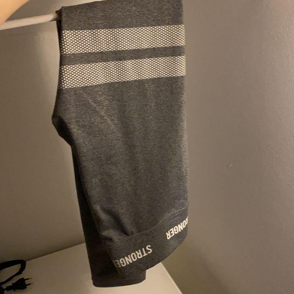 Träningstights från stronger i storlek xs. Endast använda en gång så i mycket fint skick! Texten inuti har gått bort lite i tvätten, syns på andra bilden. . Jeans & Byxor.