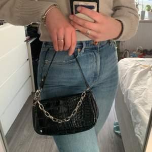 Jättefin svart väska med silverkedja som detalj från shein. Aldrig använd då den inte riktigt är min stil, nyskick. Väskan är köpt för ca 150kr, mitt pris: 100kr inklusive frakt 💘