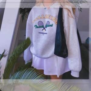 Denna ur snygga sweatshirt i storlek S. Aldrig använd och prislappen sitter kvar. Buda i kommentarerna💕