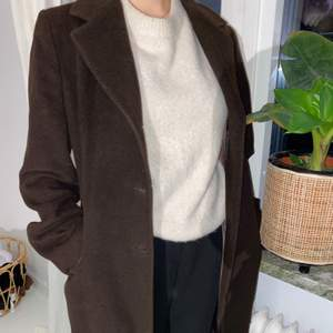 Säljer denna skitsnyga bruna vintage kappan från Italien, Köpt på vintage butik. Den är så sjukt snygg, men behöver tyvärr sälja då jag redan för tillfället har för många jackor. Skriv vid intresse, frakt tillkommer❤️