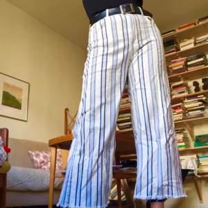 Ett par fett balla jeans med lite slitning. Rak passform och passar även mindre storlekar om man har skärp till. Vid fler intresserade blir det budgivning i kommentarerna!