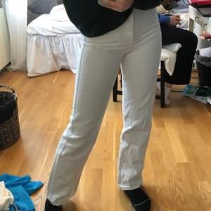 Vita jeans från weekday i modellen row. Passar mig som är 160cm. Ganska använda men inga fläckar eller fel. Köparen betalar frakt.🌴🥰