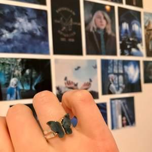 🦋Butterfly ring🦋 (svart/ blå/ vit/ rosa/ gul/ mörk grön) En reglerbar ring med en emaljerad skimrande fjäril i valfri färg♡ OBS! Andra bilden visar berlocker med hängen på, ringen är såklart utan hänge!