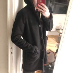 Mockaliknande svart jacka med teddymaterial på insidan, somsagt, sååå mysig & varm. Används dock inte längre. Möts upp i Stockholm annars står köparen för frakten, kan gå ner i pris