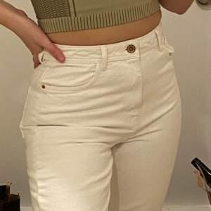 Basic vita Zara jeans som är helt oanvända✨