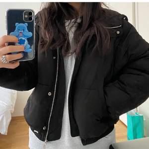 En sjukt fin jacka med luva. Den är varm och lite oversize. Köpt här på Plick. ¡ LÅNADE BILDER! Hör av dig för fler bilder eller frågor. Priset går att diskutera