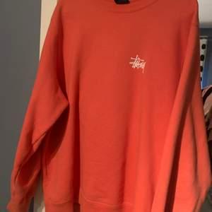Väldigt snygg peach-färgad stussy tröja i M. 8/10 inget fel på den alls! 1099 ny