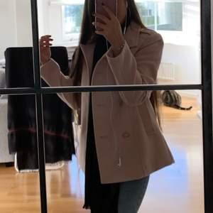 Säljer min jätte söta rosa kappa från hm använt den 3-4 gånger perfekt för hösten otroligt tjusig