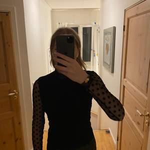 Säljer denna blus från AFJ x NA-KD. Säljer pga den inte är min stil löngre, använd någon enstaka gång och perfekt till både fest och vardag.