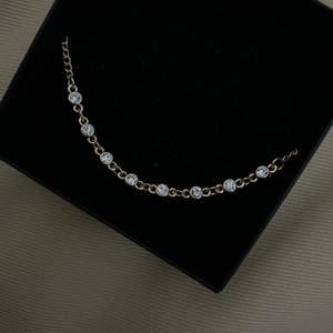 Fotlänk med diamantstenar   - Passar till öppna skor  - Perfekt till stranden  - God kvalité