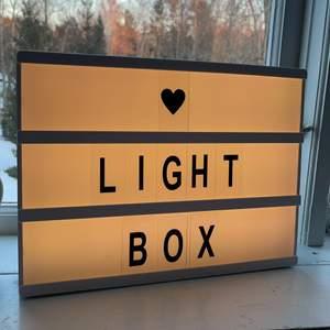 En super cool lightbox med bokstäver så du kan skriva vad som helst! Super fin inredning😊  springan längst ner (se bild 3) är lite framböjd så bokstäverna lätt kan åka framåt:/ det är pga av det billiga priset😊 batterier ingår ej, frakt tillkommer