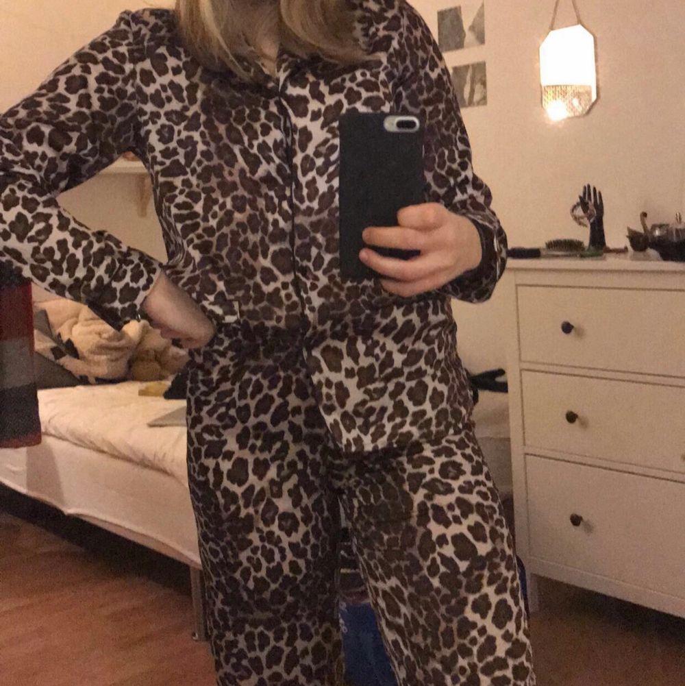 Leopardmönstrad pyjamas från h&m. Köpt till insparken för 2,5 år sen. Använd kanske 3 gånger sedan dess. Strl xs!. Övrigt.