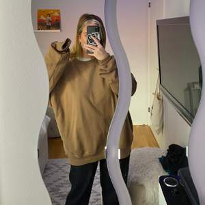 Skit fet brun oversized tröja i Medium köps på junkyard, använd en gång! Köpt för 500kr, bud från 150kr i kommentarerna 😘