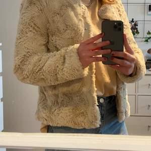 En fuskpäls jacka från Vero Moda i storlek xs, den är i nyskick och sällan använd. Säljer eftersom den är för liten.