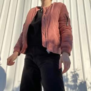 """Rosa bomberjacka från märket Shana. """"Smutsrosa"""" och en fin passform. Lite trasig vid ena fickan (bild 3), men lätt att laga! 130kr🥰 storlek S. Fler bilder kan fixas."""