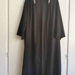 Svart lång kimono med krage. Aldrig använd. Märke atmosphere. Storlek 44. 50kr.