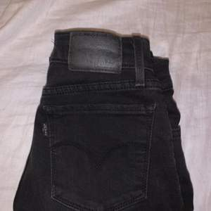 """Svarta levis jeans. Har tvättat """"ur dom"""" lite för ville ha de mer gråa. För tycker de e snyggt! Köparen står för frakten o skriv privat om ni vill ha med bilder 💕"""