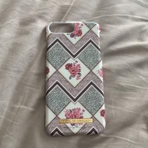 Hej!! Säljer nu två olika skal. Det rosa är till iphone 6/7/8 PLUS modellen och det bruna är till iphone 6/7/8 INTE plus. Bild1 rosa skal- 50kr+frakt, orginal pris 299kr och det är oanvänt då jag fick hem det (beställt) och tappade min gamla mobil i ån och kan inte använda då jag har ny. Min mamma har även ny mobil så säljer hennes gamla skal använt några gånger men är i nyskick och säljs för 50kr+ frakt. Priset kan diskuteras ny pris 299kr där med. (brun)❤️ Frågor? fråga mig. 😊