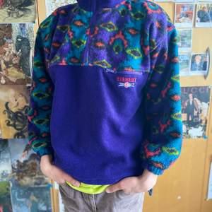 Väldigt fin fleece från Everest i klar lila färg. Sitter som M på tjejer och S på kille, pris kan diskuteras