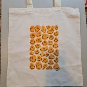 hej, säljer nu tygkassar/tote bags som jag själv har fixat. (alltså mitt egna design som jag har målat för hand) 🥺 vill man ha andra färger eller ett annat motiv går det att fixa såklart! 😋 150kr, jag bjuder på frakten 😚✌🏼