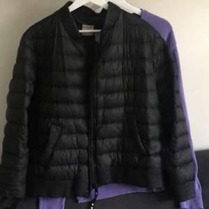 En jacka som jag har använt fåtal gånger, men känner att den längre inte passar mig stilmässigt. Äkta! Säljer billigt då jag vill få bort den!