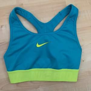Sport-Bh från nike pro i superfint skick! så fina och härliga färger och dessutom väldigt bekväm att träna i! 🦋