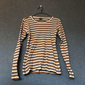 • Mjuk & härlig tröja i retrostuk, 70's vibes. Ribbad & mycket fin i färgerna, härlig orange nyans. Matchas lätt till mycket! • Storlek: M, längre/vanlig modell • 95% bomull & 5% elastan • Knappt använd, mycket fint skick! • +Frakt: 51kr spårbart