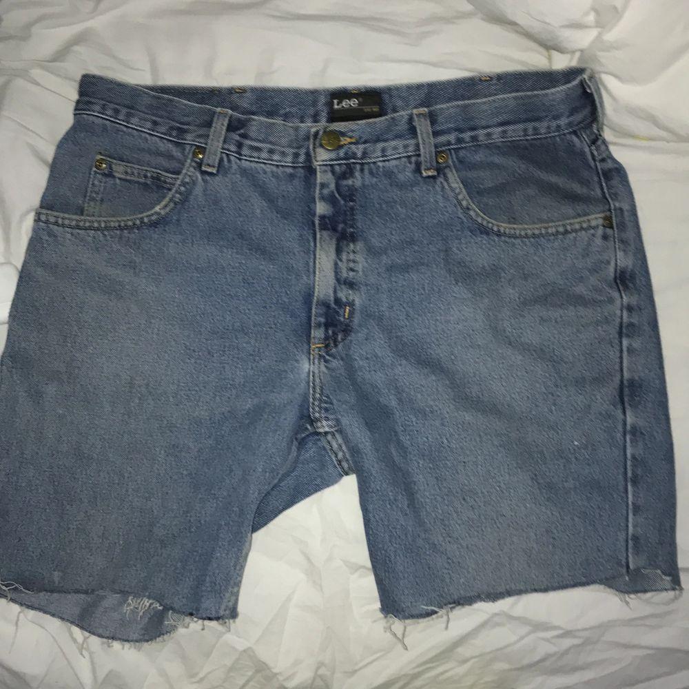 Aldrig använd, storlek 34 i midjan längd vet jag inte men korta. Jag tycker att de sitter lite för högt upp på benen. . Shorts.