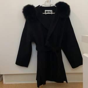 Elegant svart kappa i oversize-modell med stor pälskrage i storlek S som passar perfekt till alla säsonger! Går dessutom att bära till vardags eller fest. Kappan är så gott som ny och har endast använts vid några tillfällen. Köpt för 2000kr och säljer den för 1400kr (äkta päls). Betalning sker via Swish.