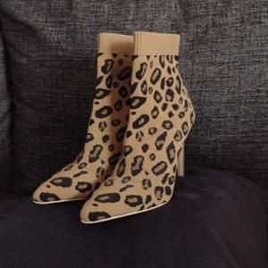 Säljer ett par snygga, leopardmönstrade klackskor i storlek 38, nyskick. 199 kr, fri frakt. Betala snabbt och smidigt med Swish så skickar jag varan inom en dag. Allt jag säljer kommer från ett rent djur-och rökfritt hem. Kontakta mig vid intresse 🌸