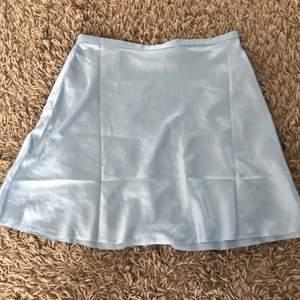 Använd en gång därmed nästan helt ny. Lite för kort för mig där bak men jättefin kjol annars.