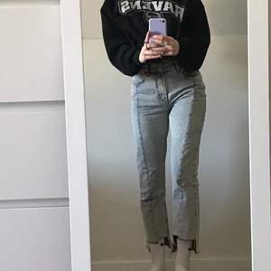 Snygga jeans stil 34 från nakd. Cool modell med speciell klippning nertill. Bra skick!⚡️🤍